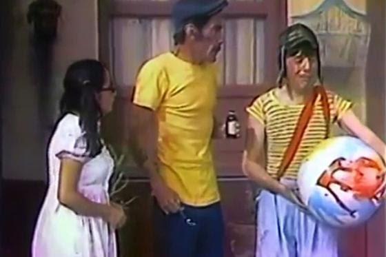 """María Antonieta de las Nieves (la Chilindrina), Ramón Valdés (Don Ramón) y Roberto Gómez Bolaños (el Chavo) en el  """"El ropavejero"""", el primer 'episodio' de """"El Chavo del Ocho"""". El sketch fue emitido como parte del programa """"Chespirito"""" el 20 de junio de 1971. (Foto: Televisa)"""