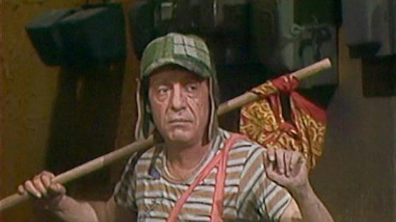 Icónica escena en la que el Chavo (Roberto Gómez Bolaños) se va de la vecindad. La escena fue profética, luego que una disputa legal entre los herederos de 'Chespirito' y Televisa causaron que el programa saliera del aire en 2020. (Fuente: Televisa)
